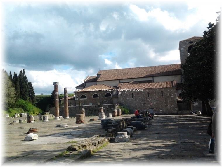 Il bellissimo piazzale sul quale si ergono il Castello e la Cattedrale