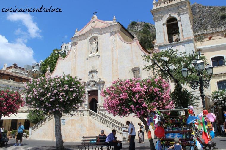 Taormina, un gioiello proteso a picco sul mare